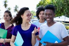 讨厌的女生谈话与africane美国男生 免版税库存图片