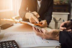 讨论和合作在雇员和公司总裁之间 免版税库存照片
