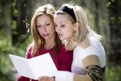 讨论妇女 免版税图库摄影