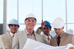 讨论建筑师的建筑计划 免版税图库摄影