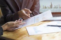 讨论情形的商人会议 免版税库存图片