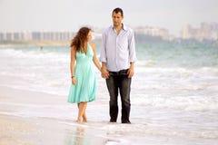 讨论海滩的夫妇问题走的年轻人 免版税库存照片