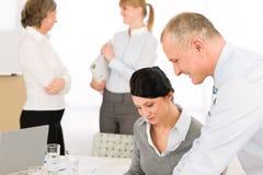 讨论的商业会议人销售额 库存图片
