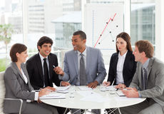 讨论预算值的商业人计划微笑 免版税图库摄影