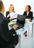 讨论businessteam的图表销售额 库存照片