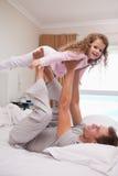 让他的女儿的父亲飞行 库存照片