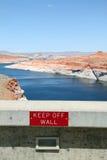 让开在水坝的墙壁标志 免版税库存照片