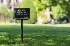 让开草坪标志 库存照片