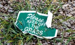 让开草,使标志环境美化 库存照片