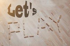 让我们演奏在葡萄酒木头的词 免版税库存照片