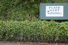让租标志物产房地产机构的舱内甲板在绿色树篱农村乡下回家房子购买 图库摄影