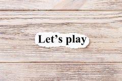 让词的戏剧在纸的 概念 词让在木背景的戏剧 免版税图库摄影