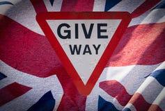 让路与英国国旗旗子艺术的标志 图库摄影