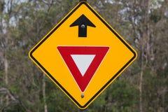 让路前面标志 库存照片