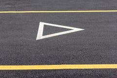 让路在柏油路的标志 库存照片