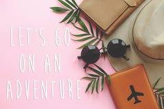 让` s去在与飞机、帽子和sungla的一本冒险文本护照 库存照片