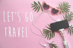 让` s去在时髦的桃红色太阳镜的旅行文本,在selfie的电话 图库摄影