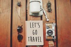 让` s去在笔记本的旅行文本,旅行癖概念 与s的地图 图库摄影
