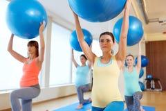 训练与在健身房的锻炼球的孕妇 免版税库存照片