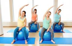 训练与在健身房的锻炼球的孕妇 图库摄影