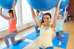 训练与在健身房的锻炼球的孕妇 免版税图库摄影