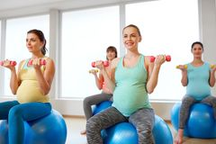 训练与在健身房的锻炼球的孕妇 库存照片