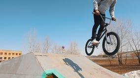 训练他们的在skatepark的bmx车手技能 股票视频
