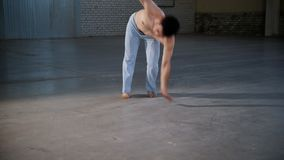 训练他的技能的一个人 执行capoeira元素与在手上的身分 影视素材