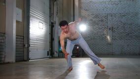 训练他的技能的一个杂技人 执行capoeira元素与在手上的身分 影视素材