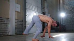 训练他的技能的一个杂技人 执行capoeira元素与腿 影视素材
