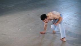 训练他的技能的一个杂技人 执行capoeira杂技元素 影视素材