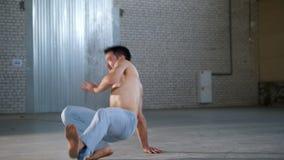 训练他的技能的一个杂技赤裸上身的人 ??capoeira?? 股票视频