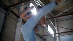 训练他的技能的一个运动人 做旋转和显示他的腿反撞力 股票视频