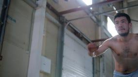 训练他的技能的一个运动人 做轮和显示他的腿反撞力 股票录像
