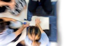 训练医疗过程的心肺复苏术CPR教育医疗保健急救,展示胸口压缩 免版税库存图片