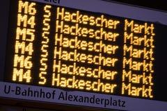 训练发车时刻表在Alexanderplatz Bahnhof驻地在柏林,德国 库存照片
