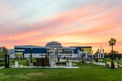 训练和体育复杂斯维特兰娜・霍尔金娜别尔哥罗德州州立大学 Walkup校园 晚上在日落的街道视图 免版税库存图片