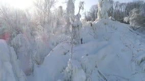 训练和冰上升的竞争在冰柱子 俄国 冬天鸟瞰图 影视素材