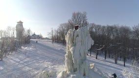 训练和冰上升的竞争在冰柱子 俄国 冬天鸟瞰图 股票录像