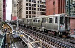 训练在大厦内的高的轨道在圈,芝加哥市中心-芝加哥,伊利诺伊 免版税库存照片