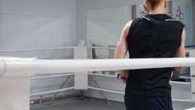 训练在拳击台的两kickboxers泰拳锻炼 在装箱的手套的战斗机,当争吵在战斗俱乐部时 MUTTAHIDA MAJLIS-E-AMAL 股票视频
