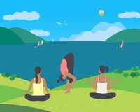 训练在自然的女孩瑜伽 皇族释放例证