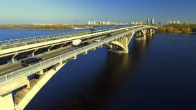 训练在行动在地铁桥梁通过Dnipro河在基辅 通风 影视素材