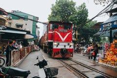 训练在铁路和人在河内,越南 免版税图库摄影