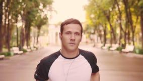 训练奔跑在公园,慢动作的美丽的年轻式样人 股票录像