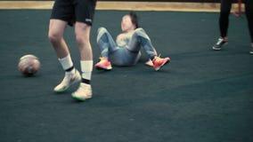 训练女子橄榄球队 妇女戏剧橄榄球 女性足球比赛 女孩跌倒 妇女出故障 股票视频