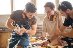训练女性学徒的木匠使用飞机 库存照片