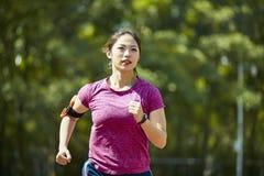 训练年轻亚裔的妇女户外 免版税图库摄影