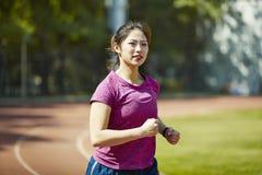 训练年轻亚裔的妇女户外 图库摄影