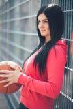训练户外在一个地方法院的女性蓝球运动员 库存图片